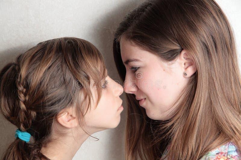 Boze tweelingenzusters op baken in overzeese haven stock foto's