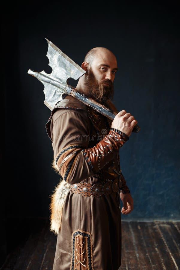 Boze Viking met bijl, barbaars beeld royalty-vrije stock afbeelding