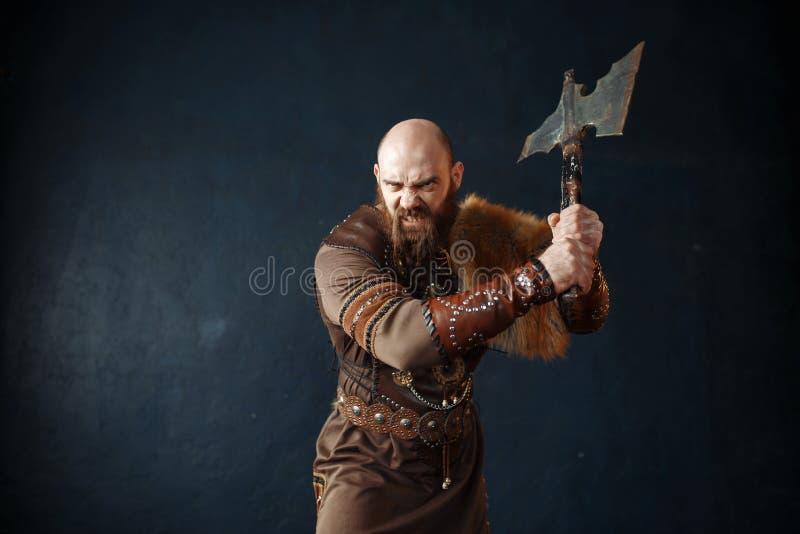 Boze Viking met bijl, barbaars beeld stock foto's