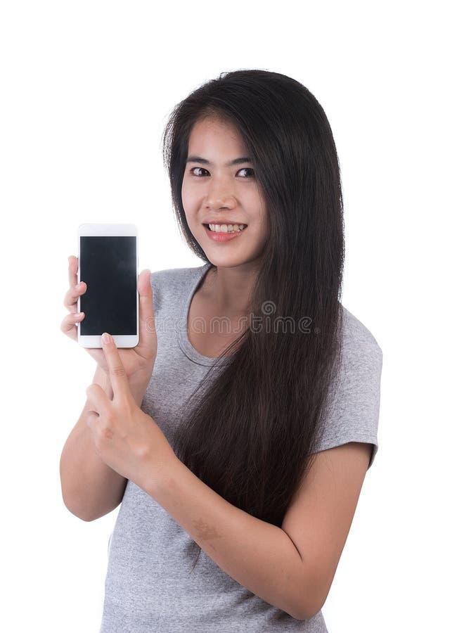 Boze vrouw die cellphone op wit gebruiken stock afbeeldingen
