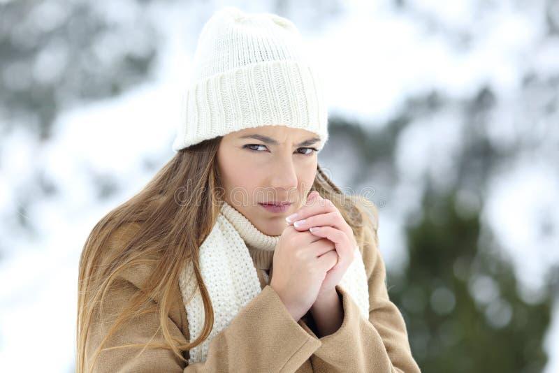 Boze vrouw die in de koude winter lijden stock fotografie