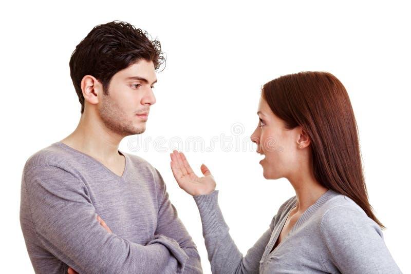 Boze vrouw die met partner bespreekt stock foto's