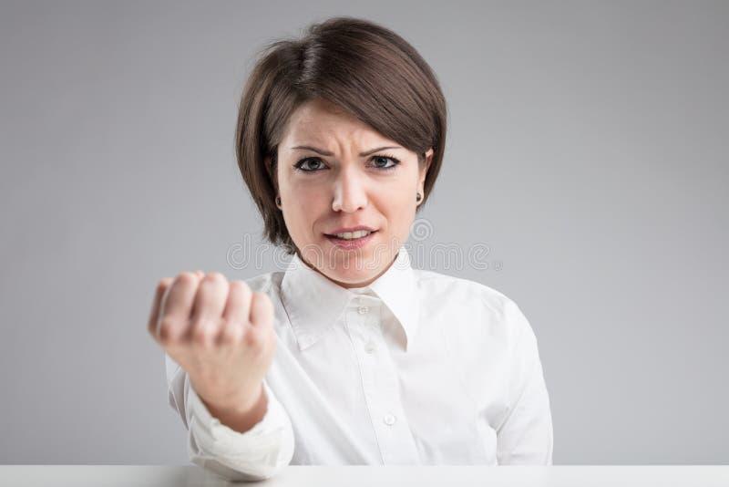 Boze vrouw dreigend om u te slaan stock afbeeldingen