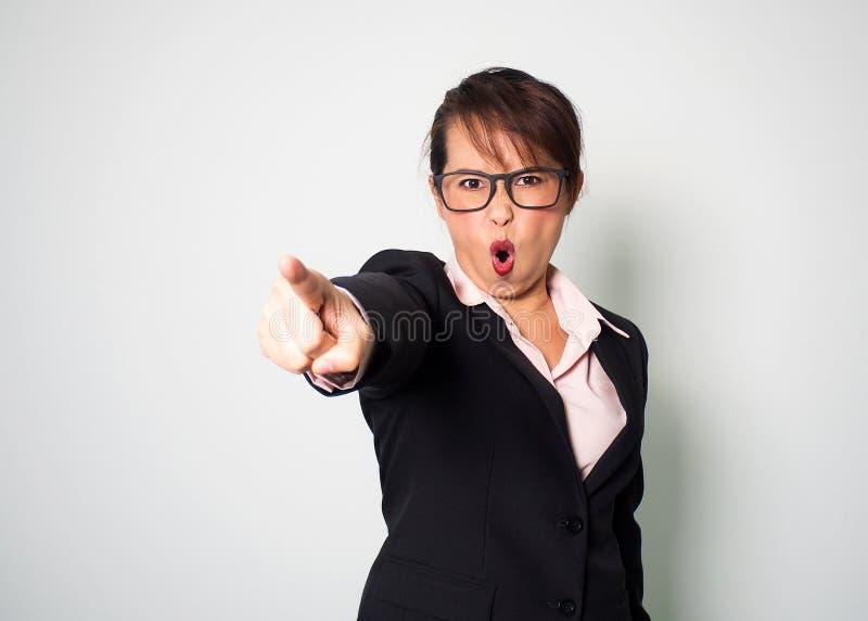 Boze vrouw Vooruit schreeuwend en richtend vingerhand emotiona royalty-vrije stock fotografie