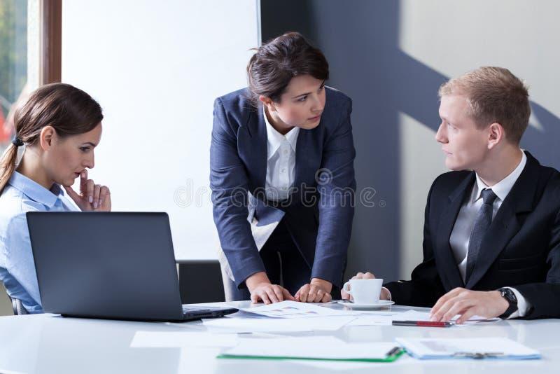Boze vrouwelijke manager stock foto