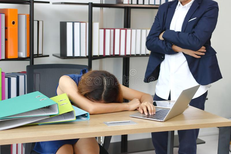 Boze werkgever die bange beklemtoonde werknemer in werkplaats van bureau kijken royalty-vrije stock foto's