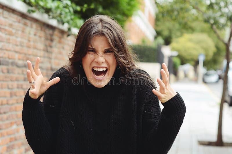 Boze woedende vrouw die met woede gillen royalty-vrije stock fotografie