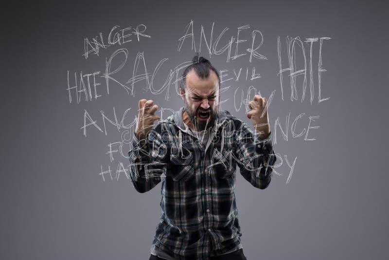 Boze wraakzuchtige mens in een pasvorm van woede stock fotografie