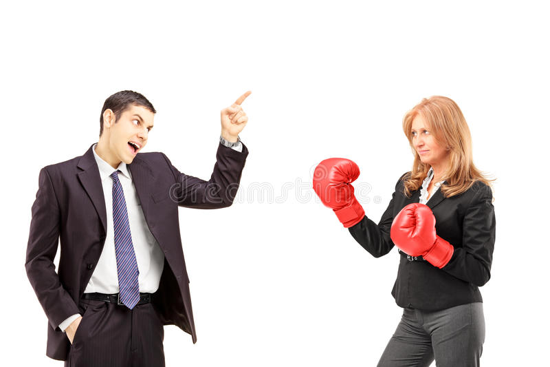 Boze zakenman die een argument met een onderneemster met B hebben stock fotografie