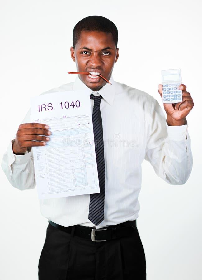 Boze zakenman die een blad en een calculator houdt stock foto's