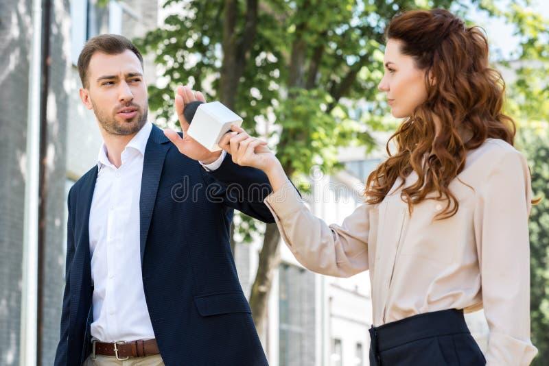 boze zakenman die gesprek vrouwelijke journalist weigeren royalty-vrije stock fotografie