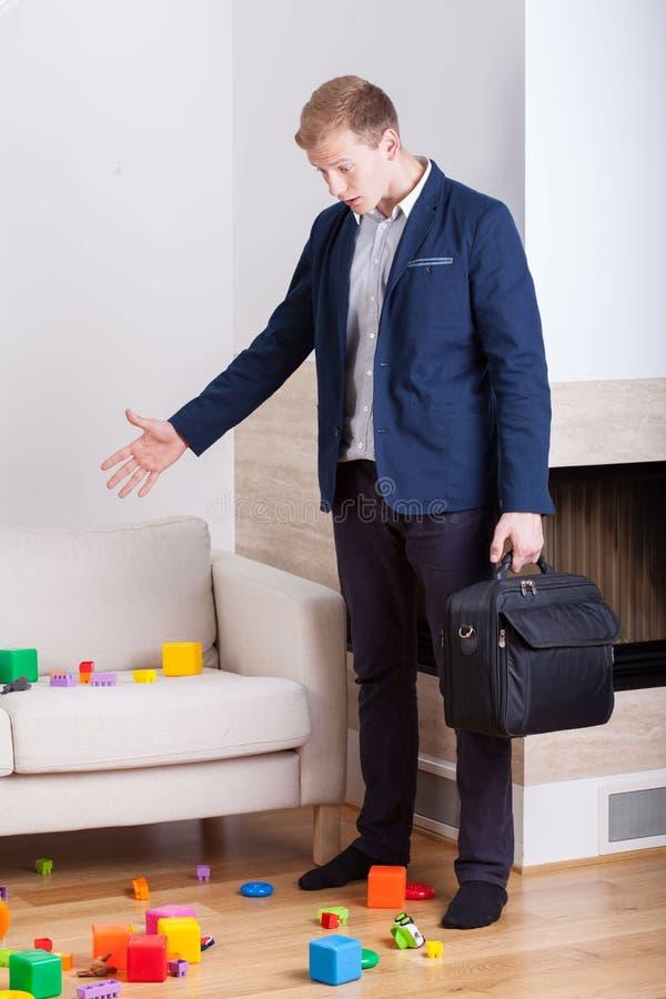 Boze zakenman die naar huis terugkomen stock afbeelding