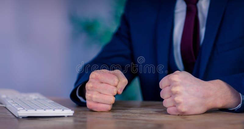 Boze zakenman met gesloten vuisten stock foto's