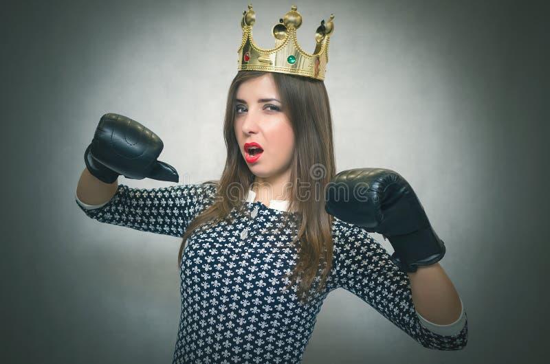 Boze zekere en trotse vrouw Vrouwelijke rivaliteit Bazig meisje royalty-vrije stock afbeelding