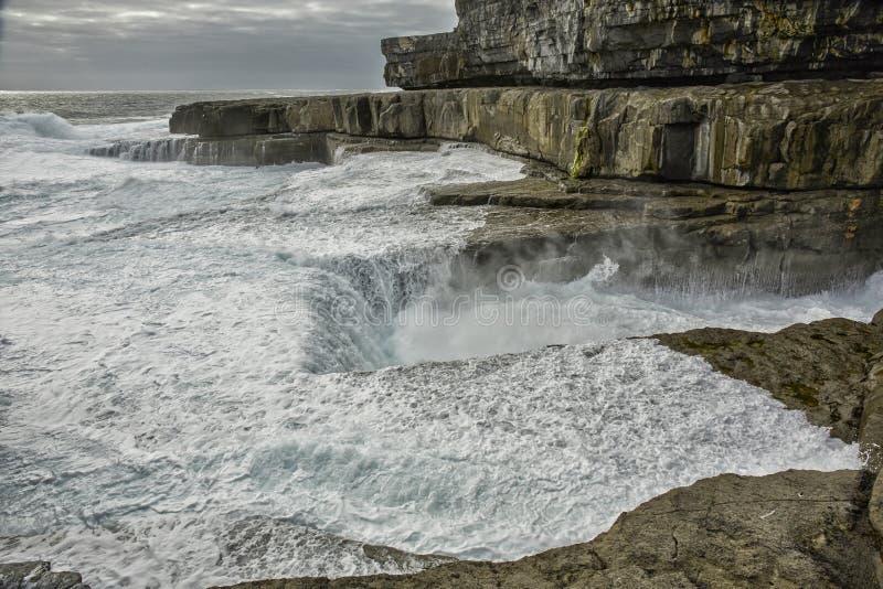 """BPeist famoso del Na di scrutinio """"del buco del verme """"in gaelico in Inishmore, Aran Islands, Irlanda immagini stock libere da diritti"""