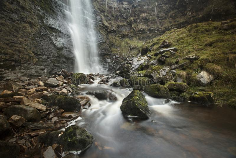Brânquia alta da força da cachoeira da força nas inclinações de Whernside, Whernside, North Yorkshire, Reino Unido - 10 de novemb foto de stock