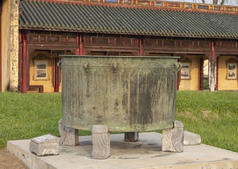 Brązowy kocioł w Niedozwolonym mieście za pałac Najwyższa harmonia, Cesarski miasto wśrodku cytadeli, odcień, Wietnam obrazy stock