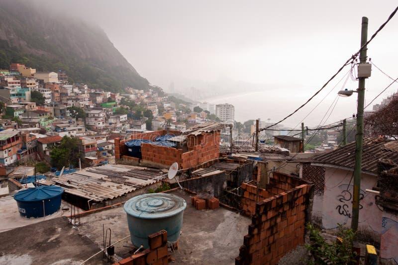 Bräckliga bostads- konstruktioner av favelaen Vidigal i Rio de Janeiro arkivfoto
