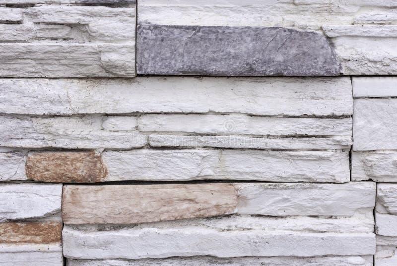 Bräde bildad konkret textur Bakgrund för stenvägg med färgrika beståndsdelar arkivbild