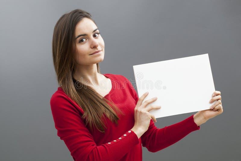 Bräde eller papper för kvinnainnehavmellanrum för din annons arkivbilder