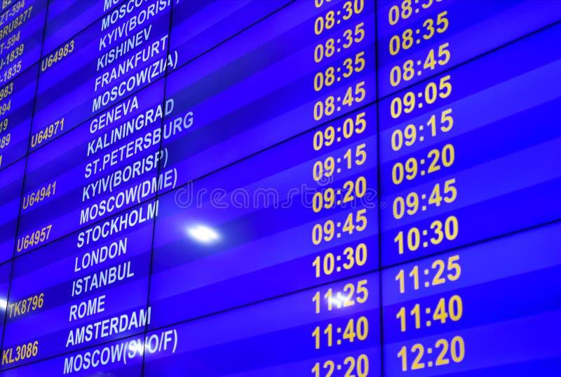 Bräde för Digital information med schemat av flyg på flygplatsen arkivbilder