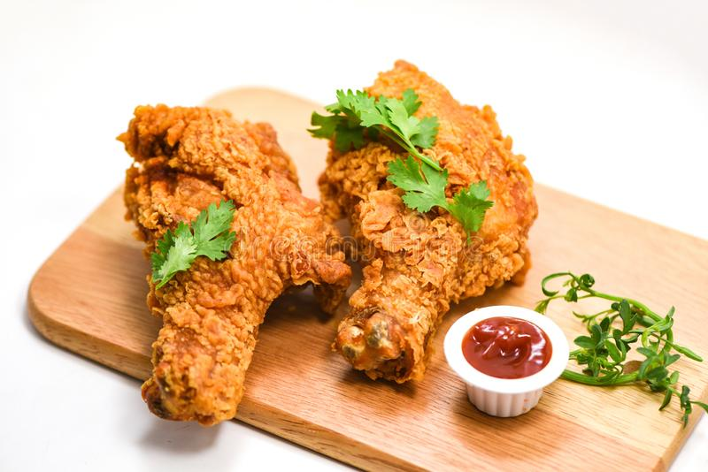 Bräde för frasig platta för stekt kyckling trämed ketchup på whutebakgrund royaltyfria bilder