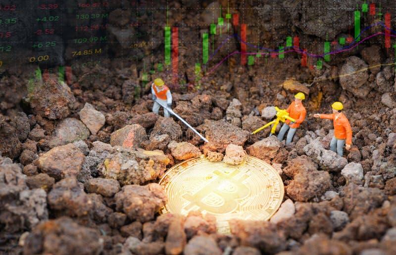 Bräde för graf för forex för diagram för data för Bitcoin handelmarknad med statyetter som arbetar bryta guld- Bitcoin royaltyfri foto