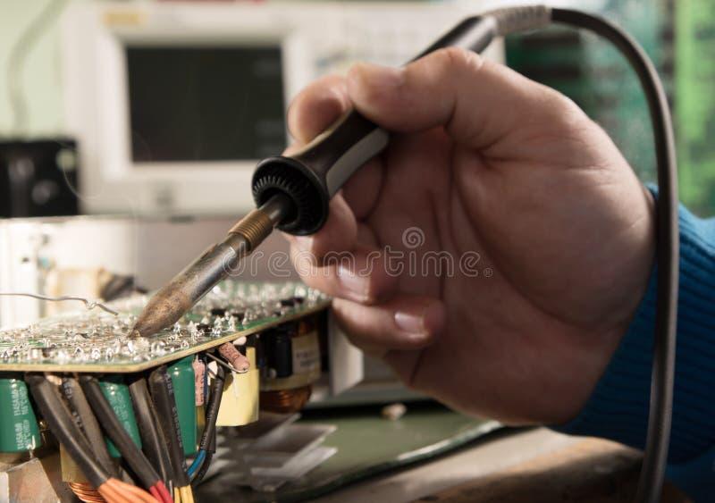 Bräde för teknikerreparationsströmkrets fotografering för bildbyråer