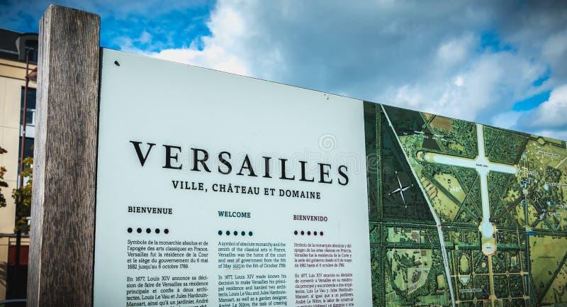 Bräde för turist- information runt om slotten av Versailles royaltyfri bild