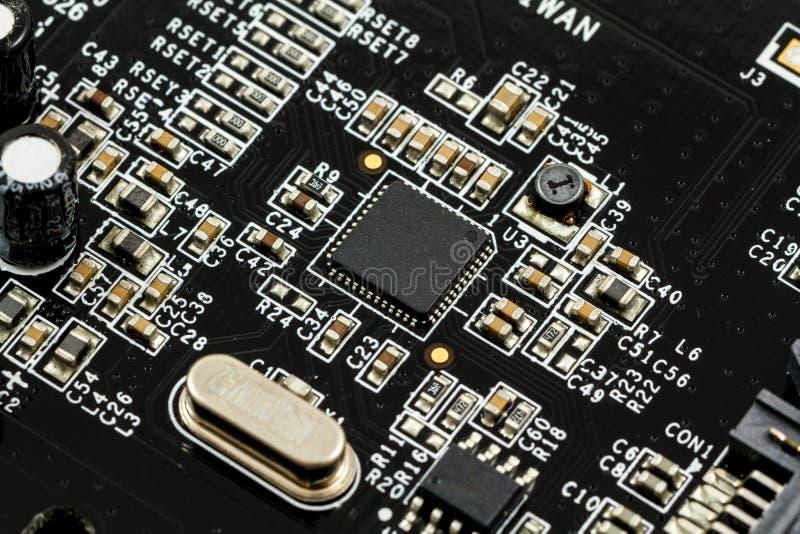 Bräde för utskrivaven strömkrets (PCB) med, ICs, kondensatorer och motstånd arkivfoto