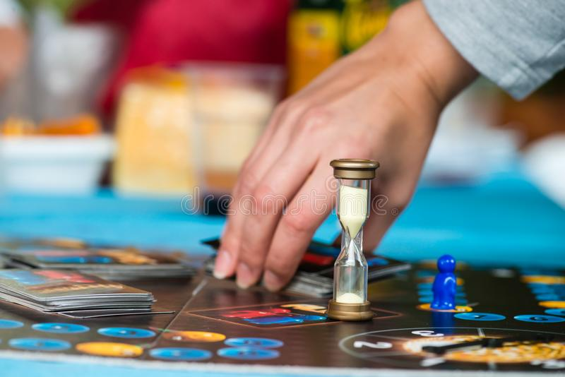 Brädelek med ett timglas fotografering för bildbyråer