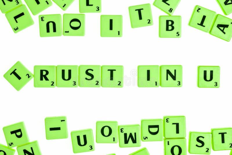 Brädelek som har tegelplattor med bokstäver som bildar ord och satser royaltyfri fotografi