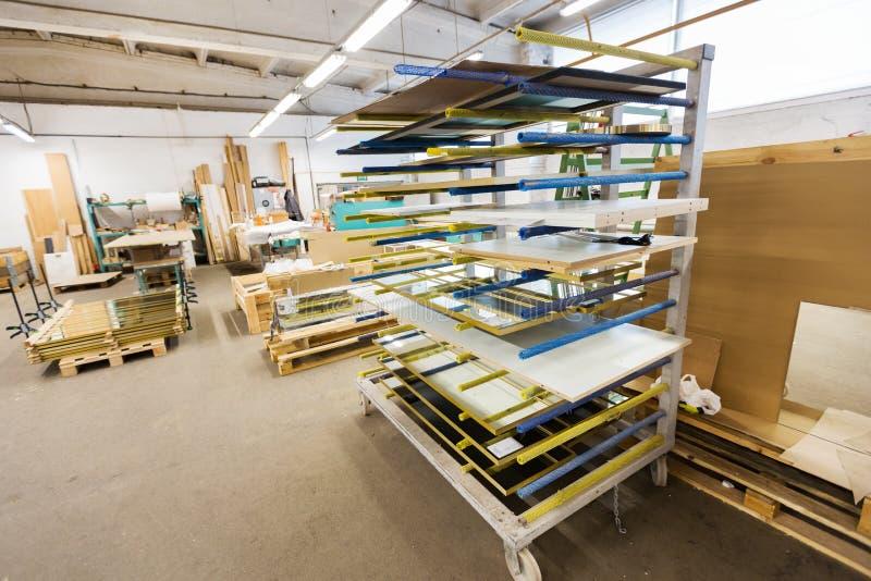 Bräden som lagrar på seminariet för snickerifabrik arkivbild