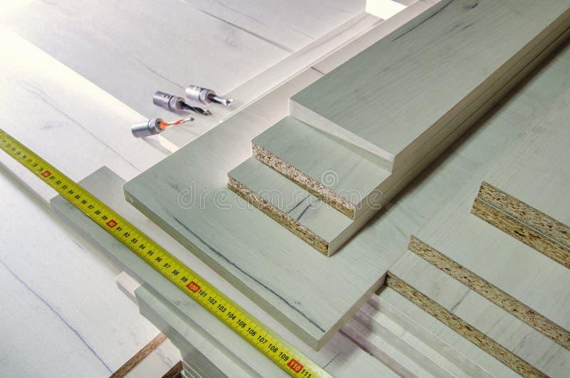 Brädeträflismaterialsnittet särar för möblemangproduktionnärbild arkivfoto