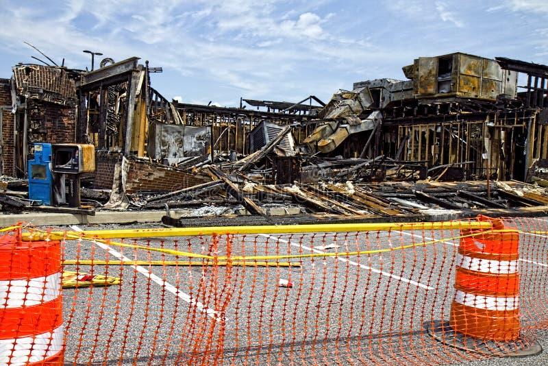 Bränd-ner affärsbyggnad arkivbilder