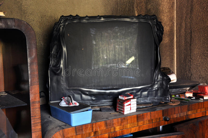 Bränd television efter en husbrand royaltyfri fotografi