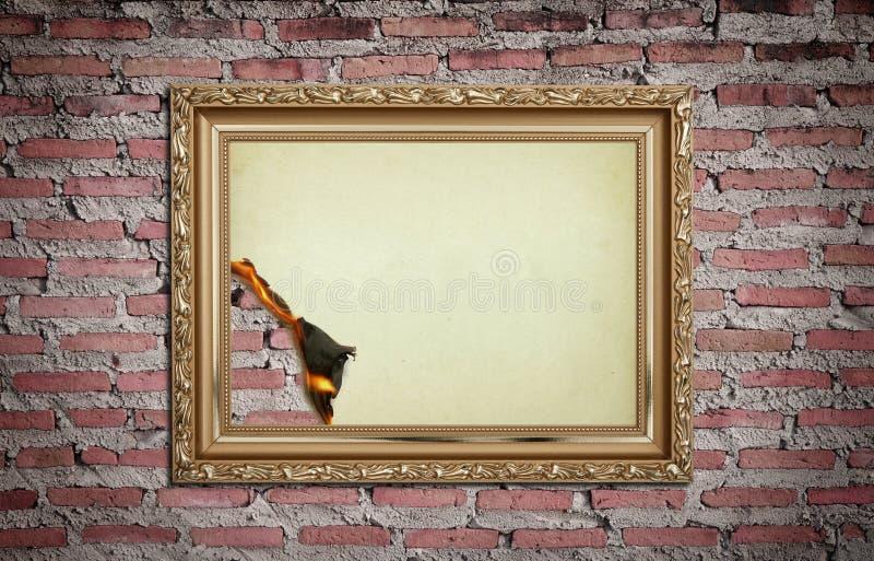 bränd vägg för ramguldtappning arkivbild