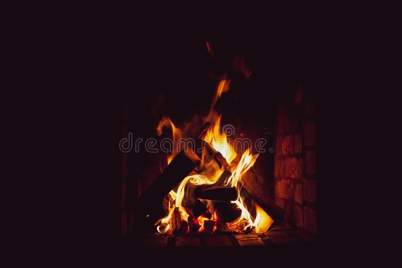 Brände eines helle Feuers im freplace stockbild