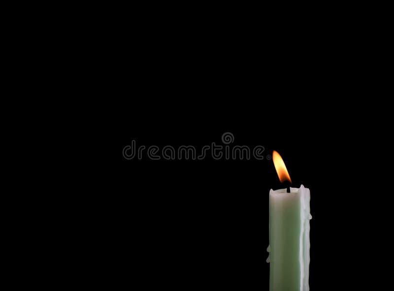 Bränna blekt - grön stearinljus som isoleras på svart bakgrund med stället för text fotografering för bildbyråer