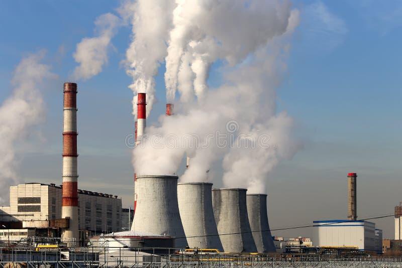 Bränna till kol den brinnande kraftverket med rökbuntar, Moskva, Ryssland arkivbild