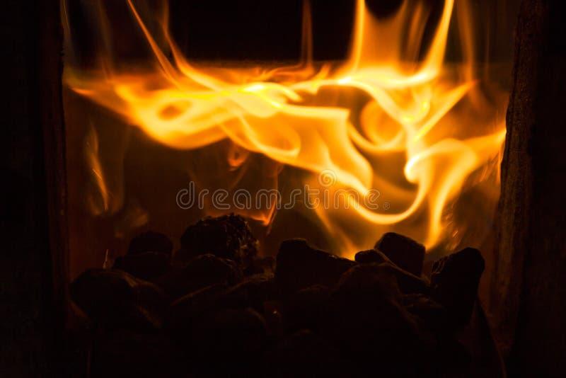 Bränna till kol och avfyra royaltyfria bilder