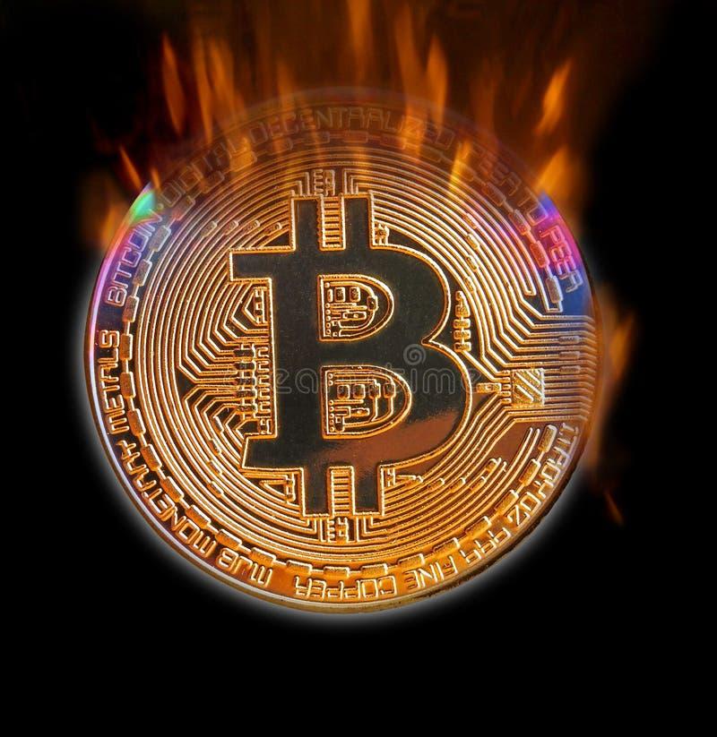 Brännande bitcoin i digital cryptocurrency för flammor fotografering för bildbyråer