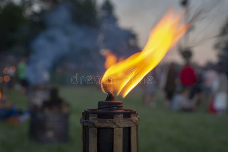 Brännande flamma av en utomhus- fackla på ett parti arkivfoto