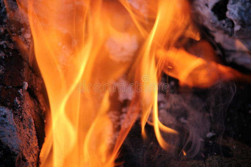 Brännande journaler med öppna flammor arkivbild