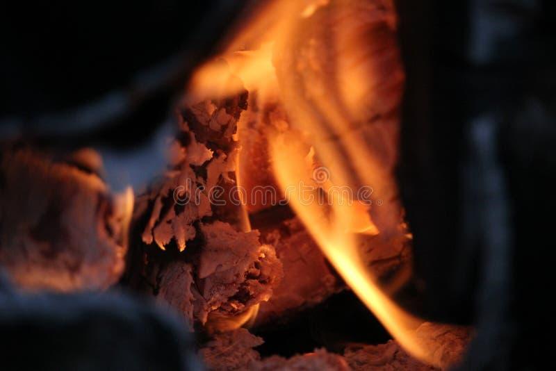 Brännande journaler med öppna flammor arkivfoton