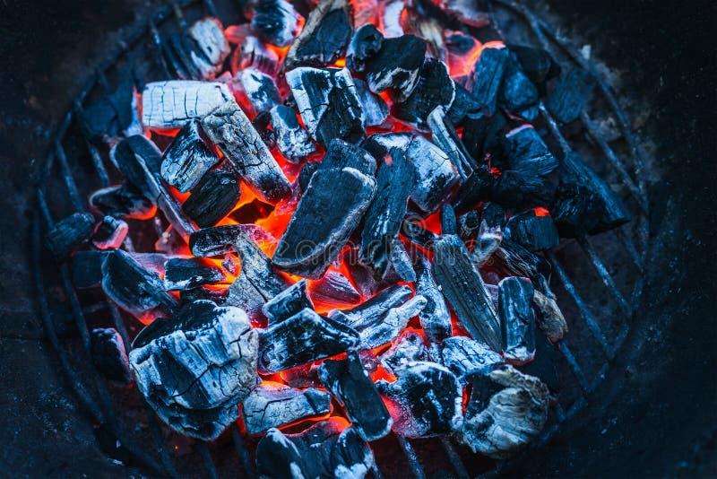 Brännande kol, slut upp, bakgrund, bästa sikt arkivfoto