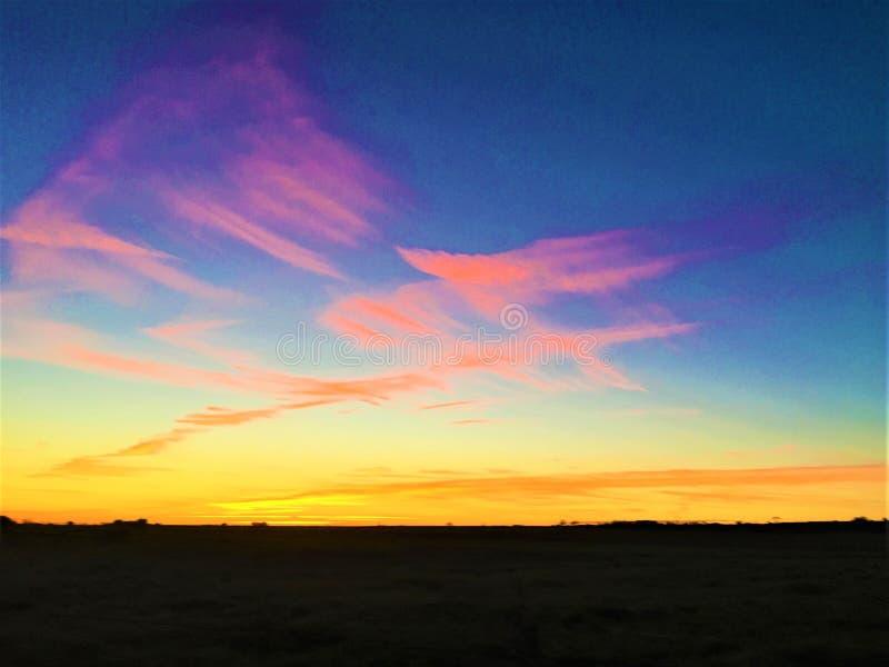 Brännande liv, färger, solnedgång, himmel, land, horisont och oändlighet royaltyfria foton