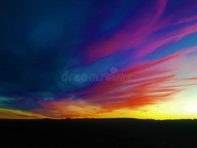 Brännande liv, färger, solnedgång, himmel och oändlighet arkivbilder