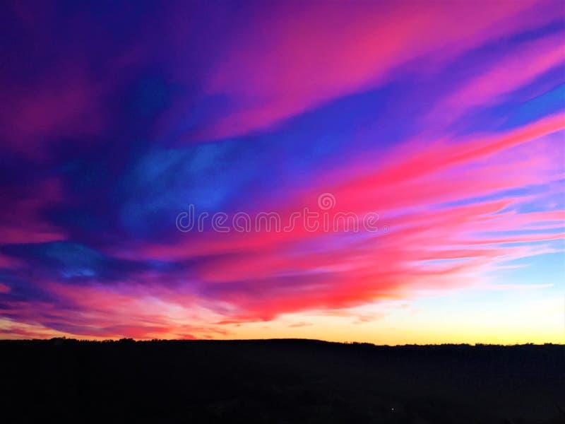 Brännande liv, färger, solnedgång, himmel och oändlighet arkivfoton