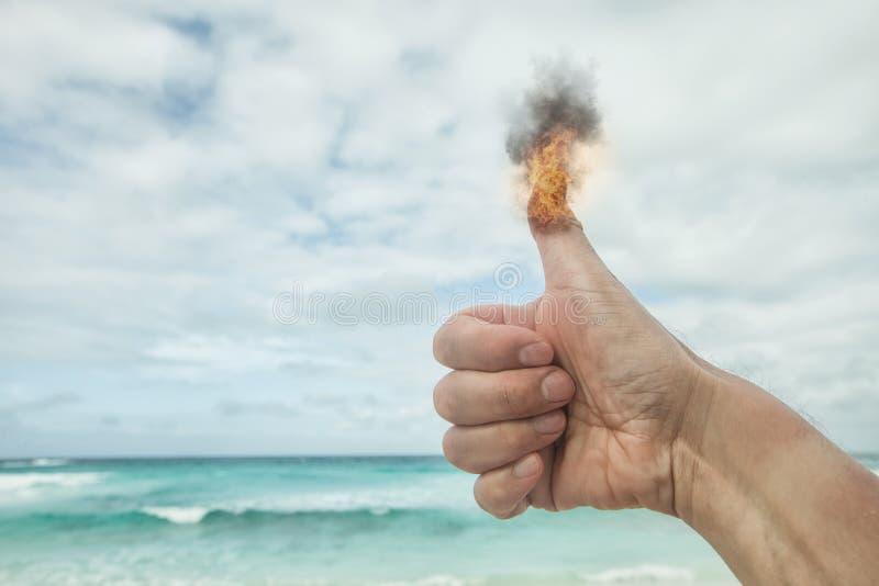Brännande lyftt tumme av en liker arkivbilder